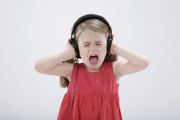 Mädchen hören Kopfhörer mit geschlossenen Augen