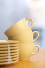 Kaffeetassen und Untertassen