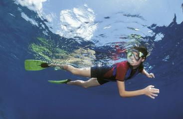 Weiblicher Taucher unter Wasser