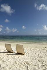 Malediven, Gan, Stühle am Strand