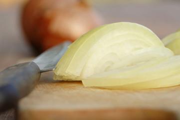 Zwiebel und Messer auf Schneidebrett