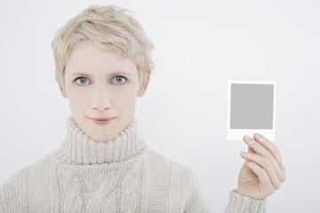 Frau halten Polaroidbild