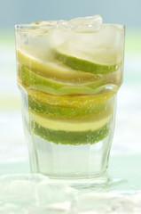 Frischer Limettensaft und Limetten im Glas
