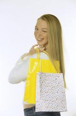Frau jung mit papiertüte
