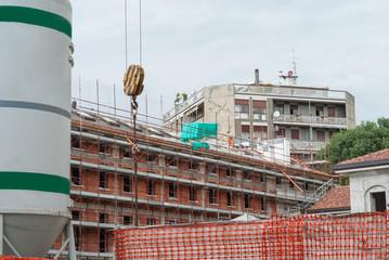 Cantiere edilizio, ponteggi in sicurezza, rifacimento facciata