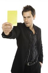 Junger Mann zeigen gelbe Karte, close-up