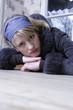 Junge Frau stützt sich auf einen Tisch, Kamerablick