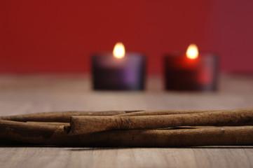 Weihnachtsdekoration mit brennender Kerze und Zimtstangen