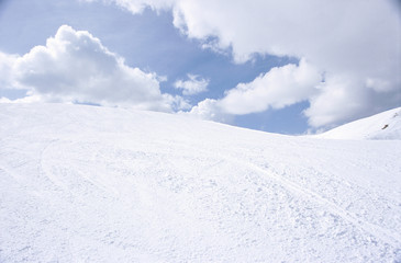 Schneehügel Berg unter bewölktem Himmel