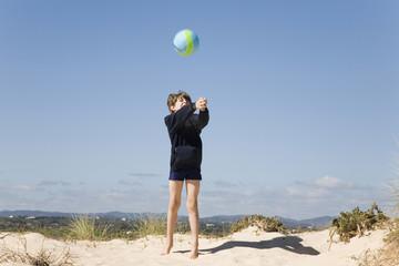 Portugal, Algarve, Jungen spielen mit Ball am Strand