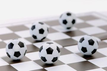 Fußbälle auf einem Schachbrett