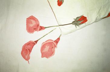 Kissen und Tagesdecke mit Blumen