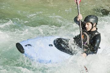 Österreich, Salzburger Land, Mann im Kajak im Fluss