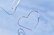 Büroklammern bilden Herz