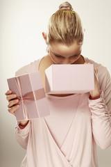 Junge Frau mit Geschenk