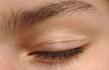 Auge einer Frau, geschlossen, Nahaufnahme