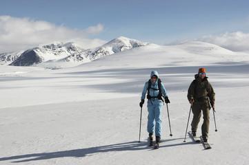 Norwegen, Rondane National Park, Personen beim Langlauf