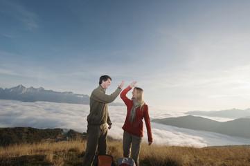 Österreich, Steiermark, Reiteralm, Paar beim Wanderern, High-Five