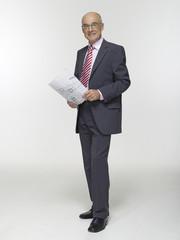 Geschäftsmann halten Bauplan, Portrait