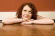Junge Frau stützte sich auf Tabelle