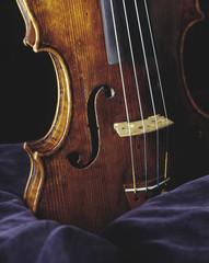 Violine auf blauem Samt