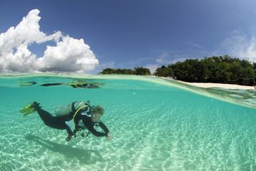 Philippinen, Dalmakya Island, Frau, Taucher im Meer, Unterwasser-Ansicht