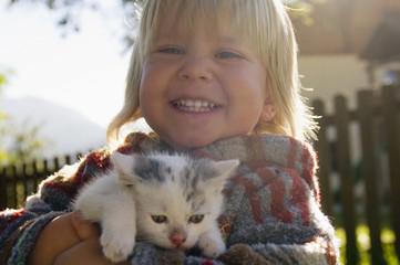 Kleiner Junge, Kind mit Katzenbaby