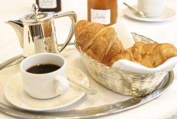 Kleine Dose Kaffee, Croissants und Marmelade