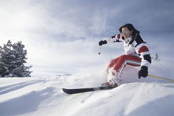 Frau beim Skifahren, im Schnee