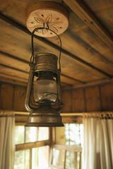 Öllampe hängt von Holzdecke
