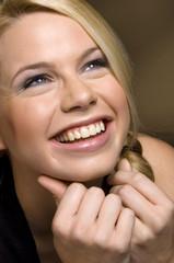 Portrait blonde Frau freudestrahlend