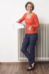 Frau halten Stromrechnung