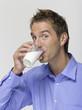Junger Mann trinken Glas Milch, Porträt