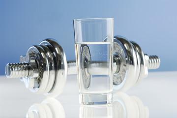 Glas Wasser, Hantel im Hintergrund