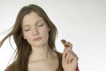 Brunette Mädchen Teenager essen Schokolade, Portrait