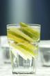 Zitrone und Limette in Scheiben, Glas Wasser