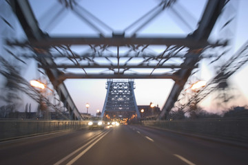 Fahren über eine Brücke, in der Nacht in Dresden, Blaue Stunde