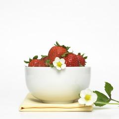 Erdbeeren in Schale auf Serviette, close-up