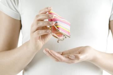Frau mit ihrem Portemonnaie