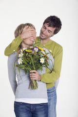 Mann, Frau überreichen Strauß Blumen, Porträt