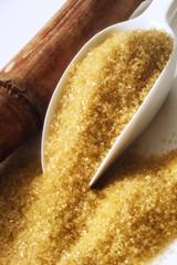 Brauner Zucker auf Schäufelchen