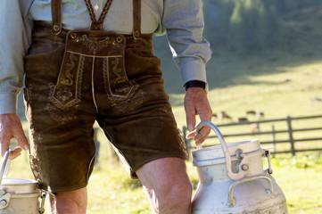 Bauer trägt Milchkannen, Mittelteil