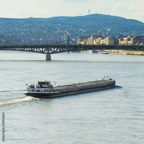 Papiers peints Riviere cargo ship at the Danube, central Europe, Budapest, Hungary