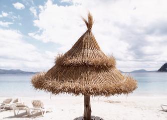Sonnenschirm und Stühle am Strand