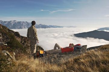 Österreich, Steiermark, Reiteralm, Paar ruht während Wanderung