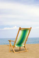 Strandkorb auf Sand am Strand, Rückansicht