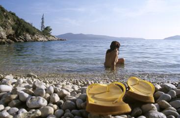 Kroatien, Dubrovnik, Frau schaut auf das Meer