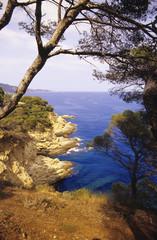 Spanien, Katalonien, Costa Brava, Blick vom Meer aus Berg