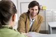 Geschäftsmänner Kollegen Büro, Mann mit Dokument Frau, lächeln