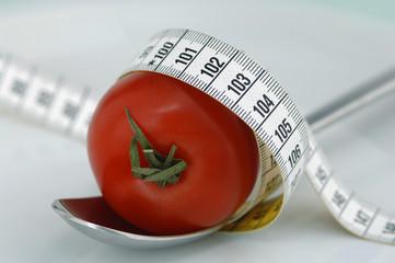 Tomate auf Löffel mit Maßband